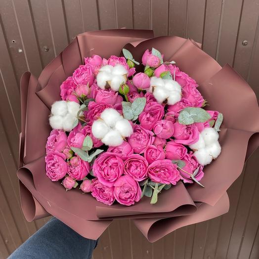 Букет из пионовидных роз и хлопка