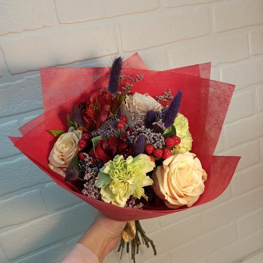 Стильный букет с ассорти цветов