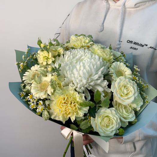 Букет с хризантемой, гвоздиками и танацетумом