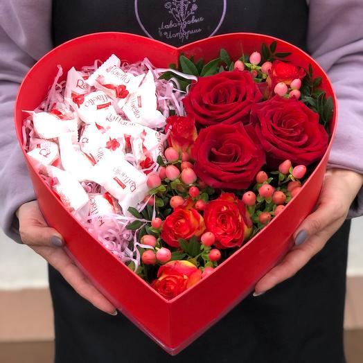 Цветы в коробке «Сердце» с рафаэлло