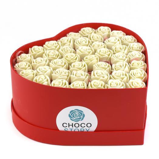 Закрытая шляпная коробка-сердце из 43 шоколадных роз ZS43-K-B