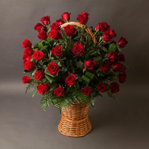 Траурная корзина с розами на возложение