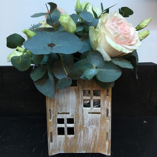 Розы в домике