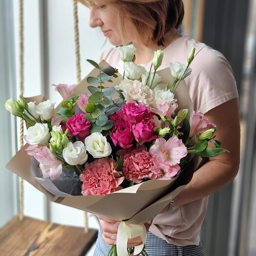 Букет с розой, гвоздикой  и эустомой