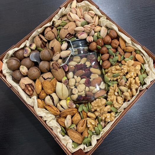 Подарочный ящик с орехами