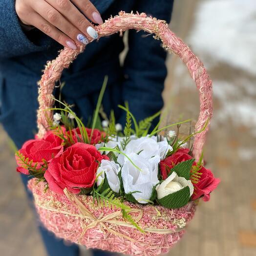 Корзина роз с конфетами Raffaello