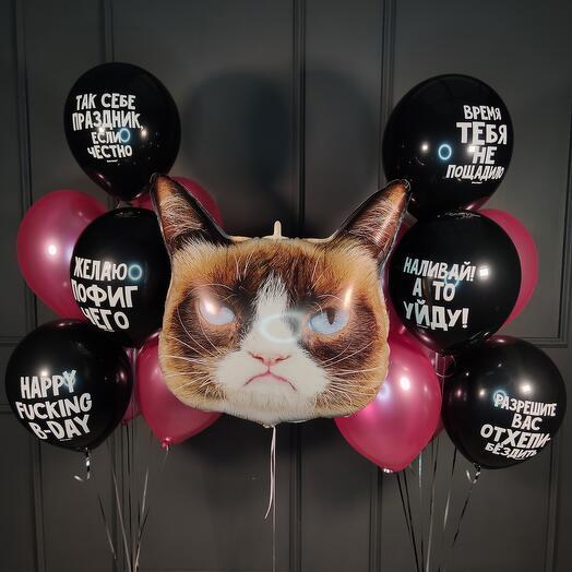 Композиция на день рождения с головой кота и черными оскорбительными шарами и фуксией металлик