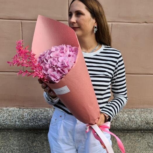 Розовая гортензия в крафте