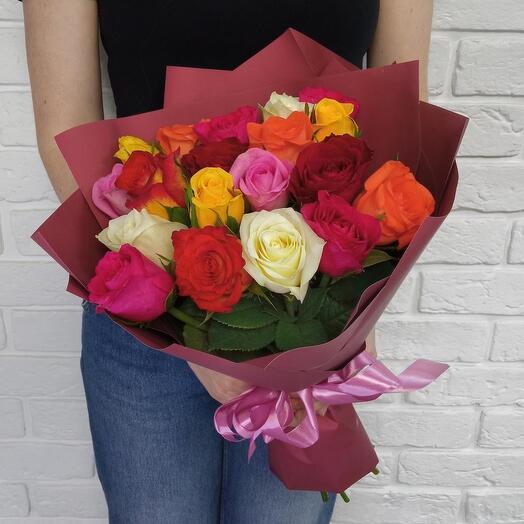 19. Букет из разноцветных кенийских роз в оформлении. Микс