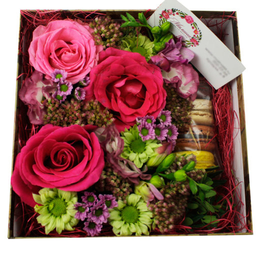 Коробочка с цветами и макарунами №33: букеты цветов на заказ Flowwow