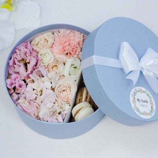 Цветы и макаруны 024 арт0102: букеты цветов на заказ Flowwow