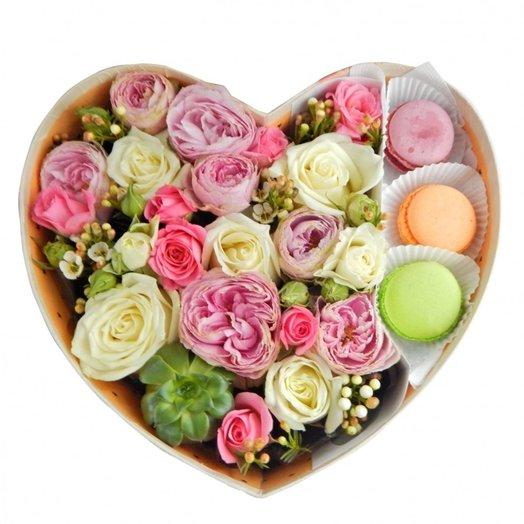 Коробка с розами и макарони: букеты цветов на заказ Flowwow