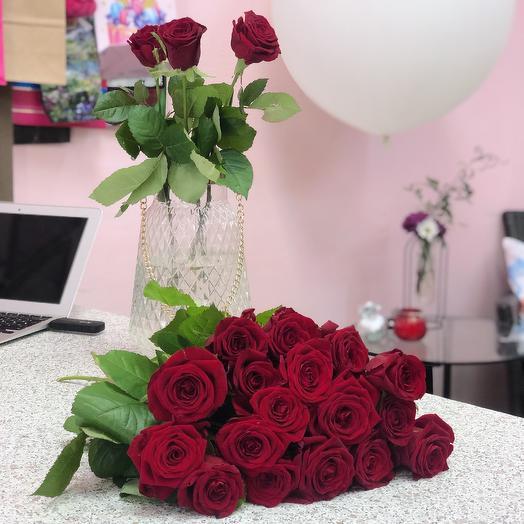 17 красных роз: букеты цветов на заказ Flowwow