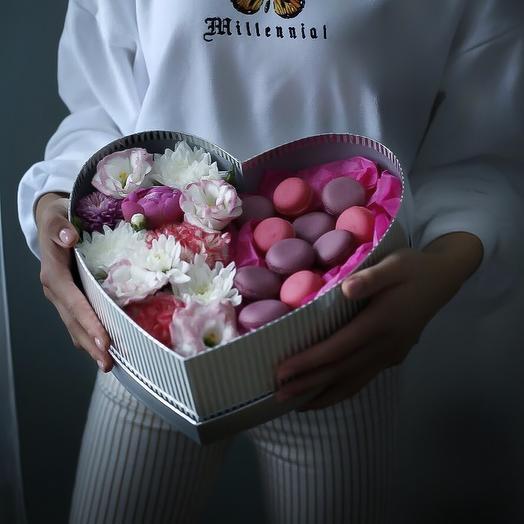 Коробка с цветами и макаронс: букеты цветов на заказ Flowwow