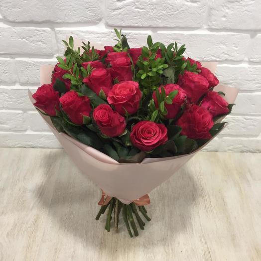 Букет малиновых роз с зеленью