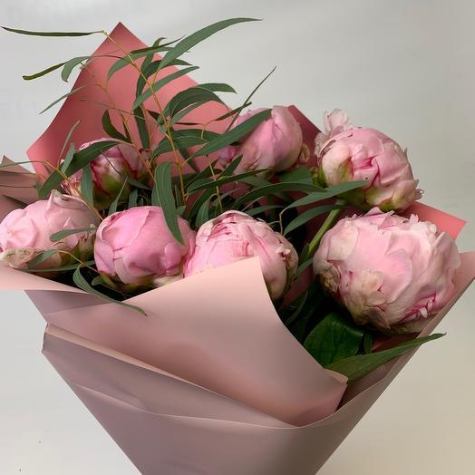 Букет из 7 пионов с эвкалиптом: букеты цветов на заказ Flowwow