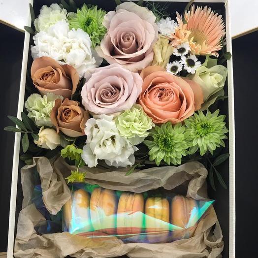 Коробочка цветы и макаронс