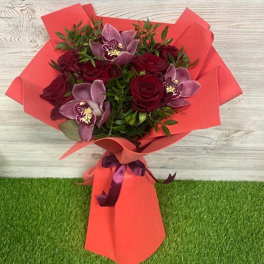 Микс из красных роз и орхидей
