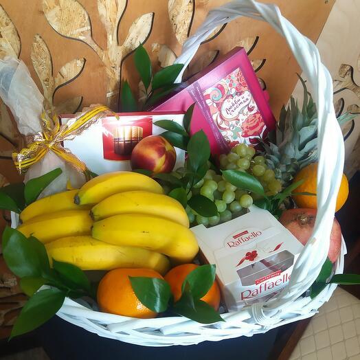 Корзина с фруктами, конфетами и зеленью