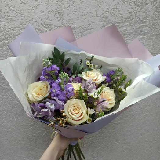 Ароматный букет с маттиолой и розами