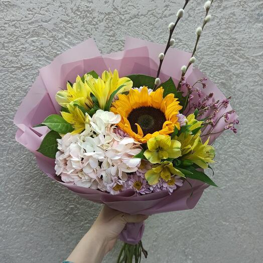 Букет с гортензией, подсолнухом и ассорти цветов