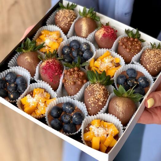 """Фрукты и ягоды в молочном шоколаде """"Berry Kingdom with mango"""""""