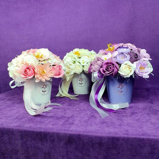 Фиолетовый стаканчик из мыльных цветов