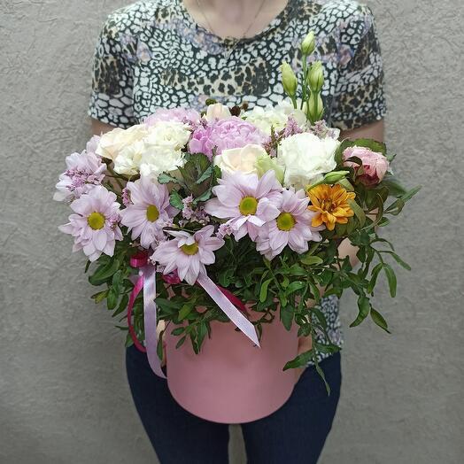 Цветы в коробке с пионами