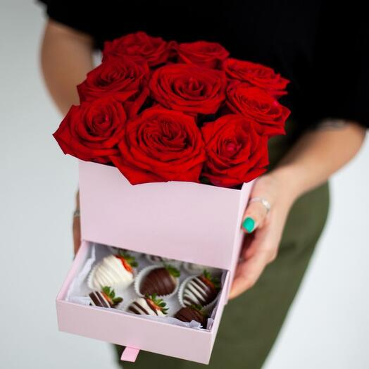 """Box with roses and strawberries """"Happiness"""""""