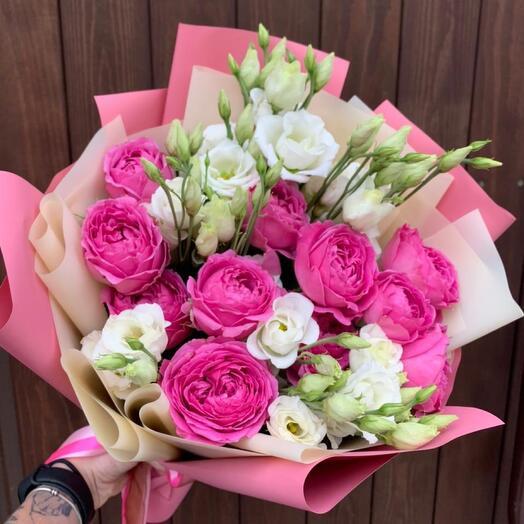 Букет из белой эустомы и пионовидных роз «Кэрри»