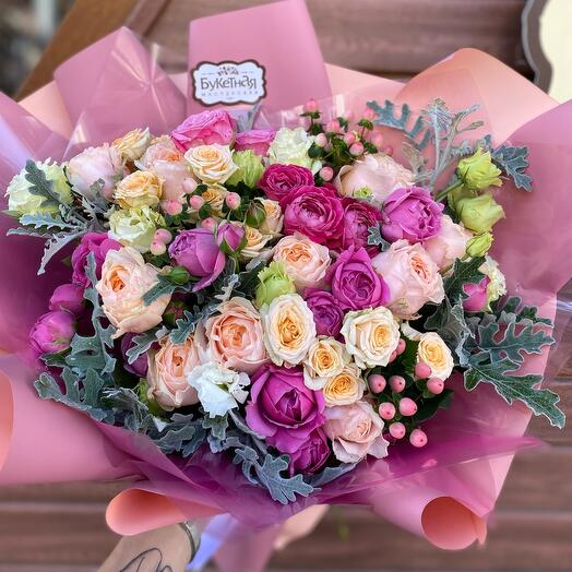 Букет из пионовидных роз и гиперикума