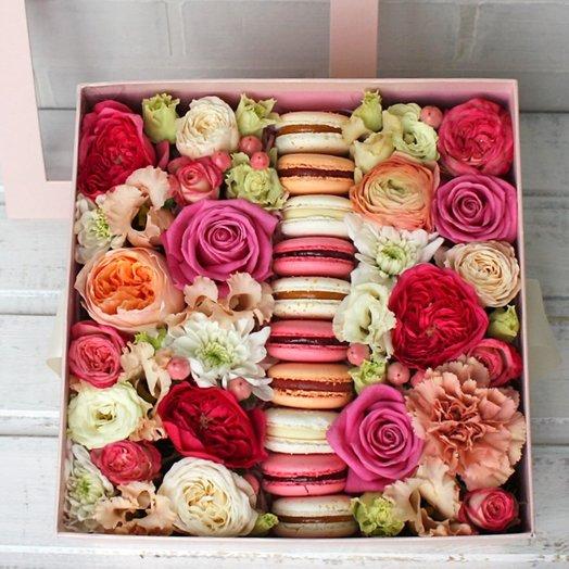 Нежно-розовый цветочный микс с макарунами: букеты цветов на заказ Flowwow