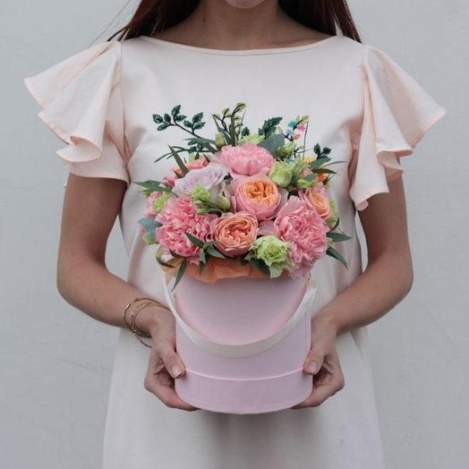 Розовая коробочка с цветами и зеленью: букеты цветов на заказ Flowwow