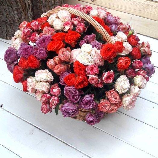 Корзина из кустовых роз: букеты цветов на заказ Flowwow