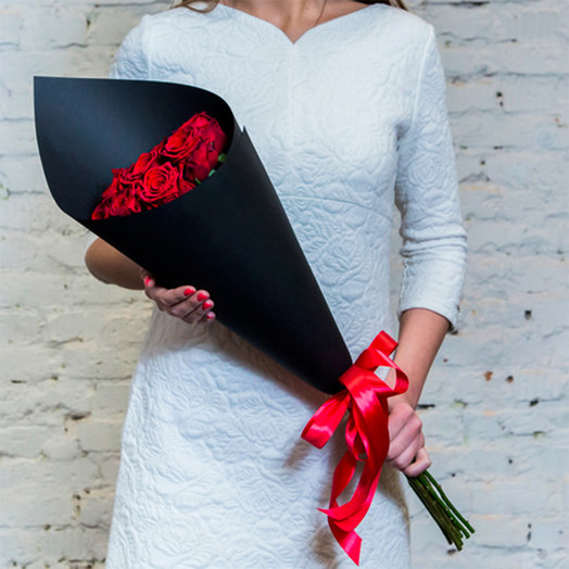 Bouquet of 9 red roses in a black Kraft