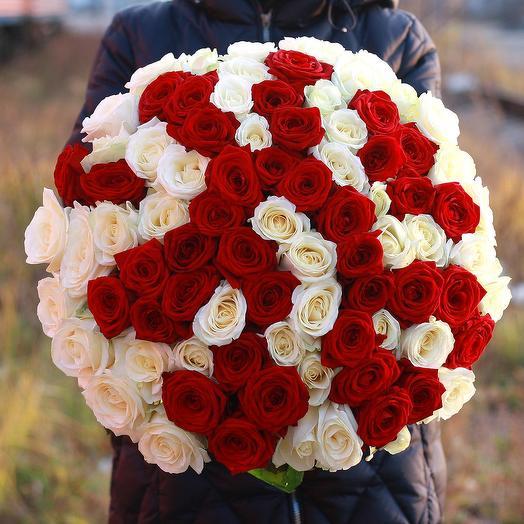 Букет из 71 красной и белой розы