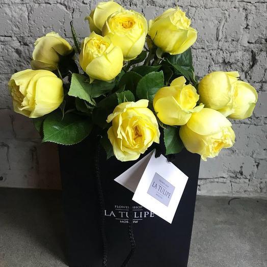 Пионовидные желтые розы в фирменном пакете La Tulipe: букеты цветов на заказ Flowwow