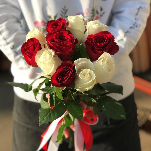 Розы. Букет из 11 красных и белых кенийских роз. N552: букеты цветов на заказ Flowwow