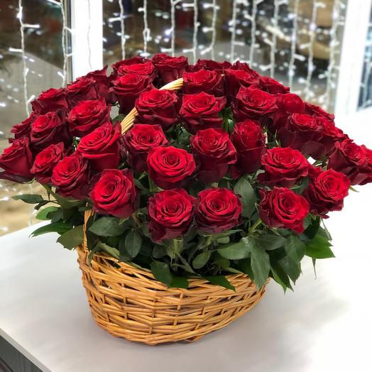 Корзина красных роз: букеты цветов на заказ Flowwow