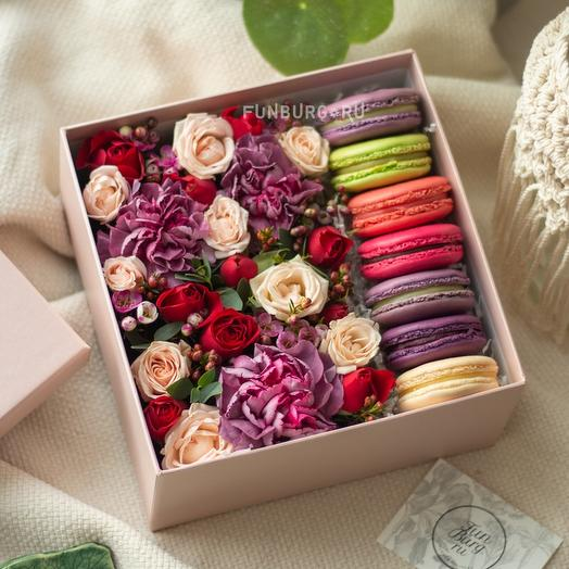 Композиция с макарунами «Ягодный мусс»: букеты цветов на заказ Flowwow