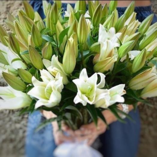 Охапка белых лилий