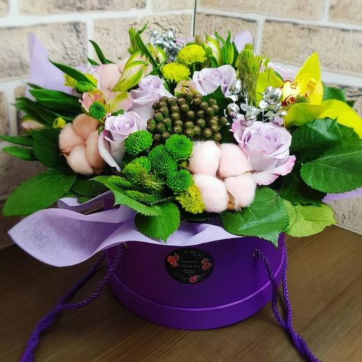 Розы с альстромерией в шляпной  коробке