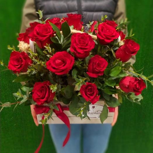 Красные розы в ящике