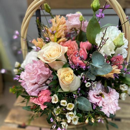 Корзина с весенними цветами