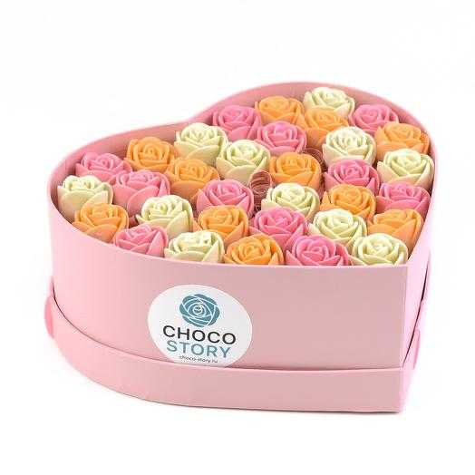 Закрытая шляпная коробка-сердце из 33 шоколадных роз ZS33-R-BRO