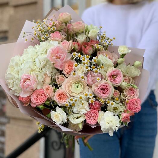 Весенний букет с Гортензией, пионовидеыми тюльпанами, Ранункулюсом и ромашками