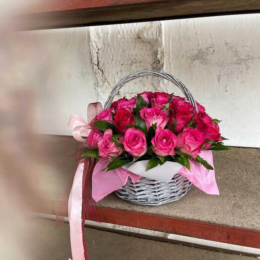 Композиция в корзине из малиновых роз