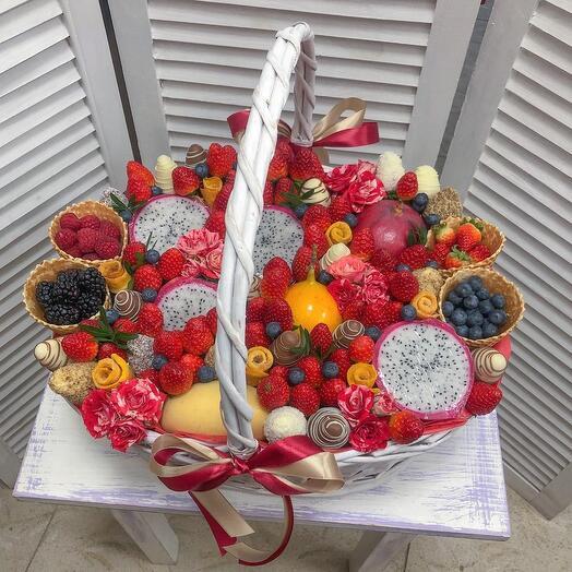 Корзина с ягодами и экзотическими фруктами «Тропики»