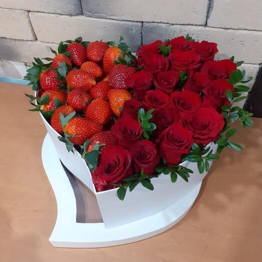 Коробочка  сердечко с розами и ягодами