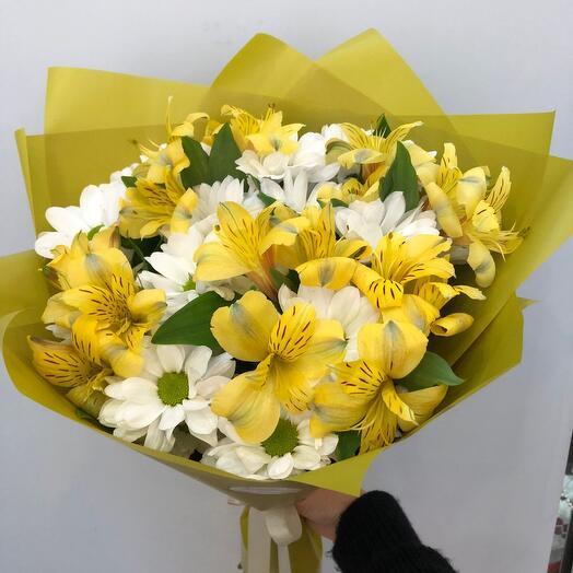 Букет с жёлтой альстромерией и кустовой хризантемой